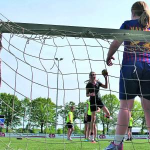Handbalvereniging STEVO maakt gebruik van kunstgrasveld van voetbalvereniging STEVO op De Peuverweide