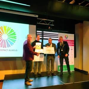 Riwald Recycling verblijdt Leergeld Tubbergen met fraaie cheque