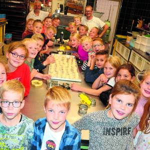 Communicanten Albergen op bezoek bij Bakkerij Kamphuis