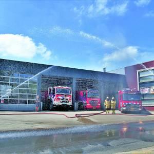 Brandweer Tubbergen maakt water ereteken in het bijzijn van burgemeester Wilmien Haverkamp