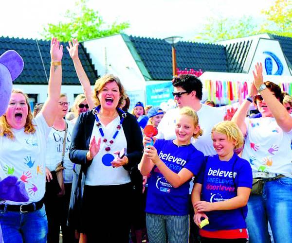 Tubbergse jeugd ontvangt appje van burgemeester Haverkamp