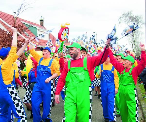 Wind, zon, pracht en praal op eerste carnavalsoptocht in Langeveen