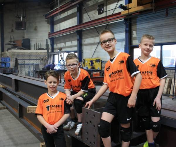 Nieuwe sponsorshirts voor Dynamo jongensteam, nu nog teamgenoten