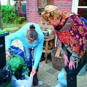 Bloemen voor Albergse die zwerfvuil opruimt