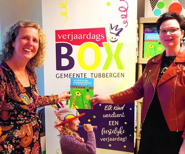 """Verjaardagsbox Gemeente Tubbergen neemt 100 boeken in ontvangst """"Het avontuurlijke Kinderkeuzeboek"""""""