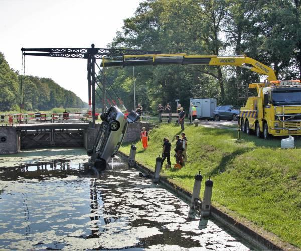 Automobilist rijdt Almelo-Nordhornkanaal in bij Reutum
