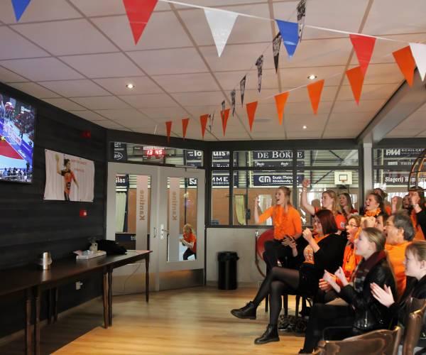 Supporters in Martine Smeets Fanhouse zien handbaldames wereldgoud pakken
