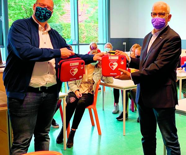 Canisius Tubbergen schenkt overbodige aed's aan ZGT Overzee