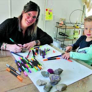 Wat zijn die beschilderde steentjes met vrolijke tekeningen en teksten die opduiken in Albergen en omgeving?