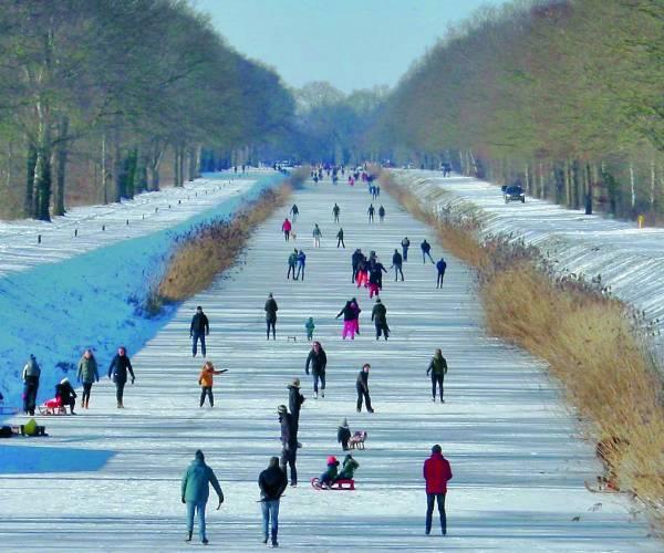 Genieten tijdens oud hollandse taferelen op het ijs in de gemeente Tubbergen