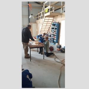 Kinderen Wiekslag maken mezenkastjes voor SamenLoop voor Hoop